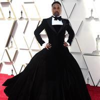 Aktor Billy Porter menghadiri perhelatan Piala Oscar 2019 di Dolby Theatre, Los Angeles, Minggu (24/2). Penampilan Billy Porter dengan gaun hitam karya Christian Siriano pada karpet merah Oscar ini tentu saja membuat heboh. (Jordan Strauss/Invision/AP)
