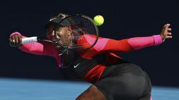 Petenis Amerika Serikat, Serena Williams melakukan pukulan forehand saat bertanding melawan Naomi Osaka dari Jepang selama semifinal kejuaraan tenis Australia Terbuka di Melbourne, Australia, Kamis (18/2/2021). Osaka lolos ke babak final Australia Open untuk kedua kalinya. (AP Photo/Hamish Blair)