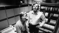 Bill Gates (kiri) dan Paul Allen (kanan), dua pendiri Microsoft ketika masih muda (Wikimedia Commons)