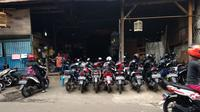 Parkir motor di rumah warga (Amal/Liputan6.com)