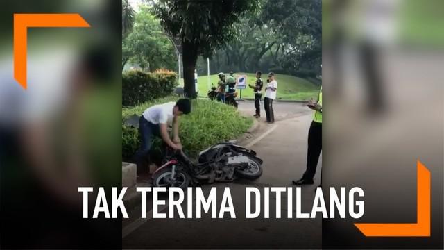 Viral rekaman pengendara merusak motornya sendiri karena tak terima ditilang Polisi.