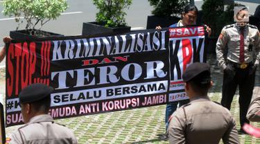 Aktivis dari Suara Pemuda Anti Korupsi (Speak) Jambi menggelar aksi solidaritas di Gedung KPK, Jakarta, Senin (11/2). Mereka meminta para penyidik KPK untuk tidak gentar terhadap kasus teror yang menimpa Novel Baswedan dan Gilang (Merdeka.com/Dwi Narwoko)