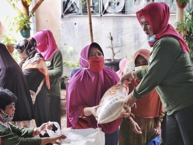 Warga menerima sambako Bantuan Pangan Non Tunai (BPNT) di RW 01 Kelurahan Gaga,Larangan, Kota Tangerang, Banten, Rabu (24/2/2021). Bantuan tersebut senilai Rp 200.000 yang dibelanjakan 12 kg beras, 1 kg telur, tempe, sayuran dan buah. (Liputan6.com/Angga Yuniar)