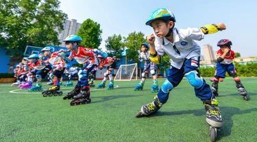 Para murid berlatih olahraga sepatu roda di sebuah sekolah dasar di Handan, Provinsi Hebei, China utara, pada 9 Agustus 2020. (Xinhua/Wang Xiao)