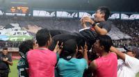 Kubu PSS saat merayakan promosi ke Liga 1 2018. (Bola.com/Vincentius Atmaja)