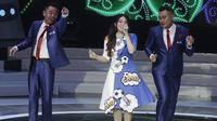Penyanyi, Via Vallen mengajak Ponaryo Astaman dan Rendra Soedjono goyang saat peluncuran Liga 1 Indonesia 2018 di Studio 5 Indosiar, Jakarta, Senin (19/3/2018). Liga 1 akan mulai digelar pada Jumat (23/3). (Bola.com/Vitalis Yogi Trisna)