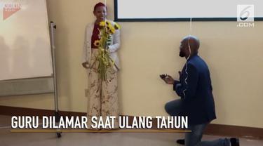 Tak hanya mendapat kejutan dari murid didiknya, Ibu Guru Laffoon juga dilamar sang kekasih di hari ulangtahunnya.