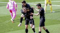 Penyerang Barcelona, Antoine Griezmann melakukan selebrasi setelah mencetak gol ke gawang Villarreal pada pertandingan La Liga Spanyol di stadion Ceramica di Villarreal, Spanyol (25/4/2021). Griezmann mencetak dua gol dan mengantar Baracelona menang tipis 2-1 atas Villarreal. (AP Photo/Alberto Saiz)