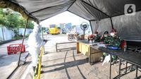 Warga melapor saat secara mandiri mengantarkan keluarga yang terpapar Covid-19 ke RSD Wisma Atlet, Kemayoran, Jakarta, Minggu (30/5/2021). Seperti diketahui, jumlah pasien Covid-19 yang dirawat pada dua pekan lalu (16/5) mencapai 929 orang. (merdeka.com/Iqbal S. Nugroho)