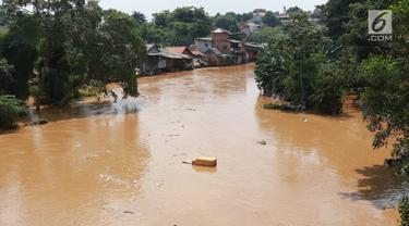 Suasana Sungai Ciliwung yang meluap di kawasan Pejaten Timur, Jakarta, Jumat (26/4). Banjir yang berasal dari luapan Sungai Ciliwung tersebut merendam ratusan rumah warga hingga kedalaman lebih dari satu meter. (Liputan6.com/Immanuel Antonius)
