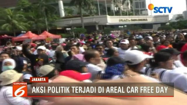 Kelompok pengguna kaos #2019gantipresiden sempat melambai-lambaikan uang kertas ratusan ribu rupiah kepada kelompok pendukung Presiden Joko Widodo dua periode.