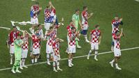 Pemain Kroasia membalas dukungan dari fans mereka pada akhir pertandingan final Piala Dunia 2018 melawan di Stadion Luzhniki di Moskow, Rusia, Minggu, (15/7/2018). Kroasia kalah 2-4). (AP Photo / Rebecca Blackwell)