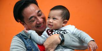 Sekarang ini, anaknya bersama dengan Sarni sudah berusia enam bulan. Sebagai ayah, Ivan sangat enjoy dan menikmati saat mengurus buah hatinya, Ia juga sama sekali tidak merasa lelah. (Nurwahyunan/Bintang.com)