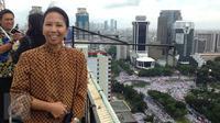 Menteri BUMN, Rini Soemarno saat memantau demo 2 Desember di atas gedung BUMN, Jakarta, Rabu (2/12). Demo 2 Desember digelar sebagai lanjutan dari aksi 4 November 2016. (Liputan6.com/Ferbian Pradolo)