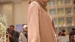 Chacha Frederica mengenakan hijab berpose saat menghadiri launching kosmetik milik Shandy Aulia, Jakarta, Rabu (30/5). Ia pun memulai langkah awal untuk berhijrah dengan mengubah penampilannya di awal tahun 2018. (Liputan6.com/Faizal Fanani)