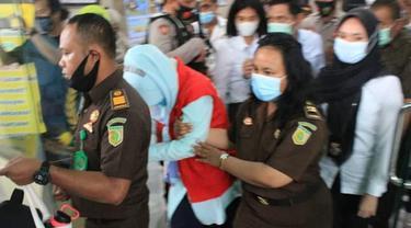 Tangis AWB pecah saat digiring oleh petugas dengan pengawalan bersenjata lengkap menuju mobil tahahan (Arfandi Ibrahim/Liputan6.com)