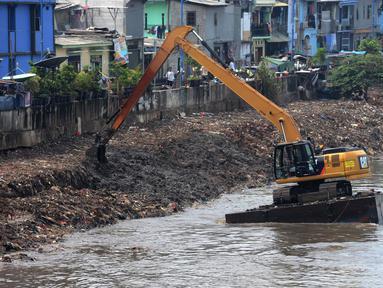 Alat berat mengeruk endapan material lumpur dari Kanal Banjir Barat di Kawasan Roxy, Jakarta, Sabtu (21/4). Selain mencegah pendangkalan, pengerukan juga dilakukan untuk mengantisipasi banjir. (Merdeka.com/Imam Buhori)