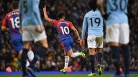 Gelandang Crystal Palace, Andros Townsend, merayakan gol ke gawang Manchester City pada laga Premier League, di Stadion Etihad, Manchester, Sabtu (22/12/2018). (AFP/Paul Ellis)