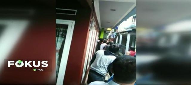 Diduga beberapa anak bermain korek api, sebuah rumah di Cisarua, Bogor, Jawa Barat, terbakar. Naasnya lagi, tiga anak dalam rumah tersebut tidak dapat diselamatkan.