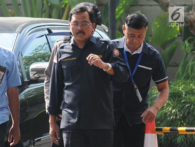 Gubernur Kepulauan Riau (Kepri) Nurdin Basirun (kanan) dengan kawalan petugas tiba di Gedung KPK, Jakarta, Kamis (11/7/2019). Nurdin terjaring operasi tangkap tangan (OTT) KPK pada Rabu (10/7) dengan barang bukti uang SGD 6 ribu yang diduga suap izin rencana reklamasi. (merdeka.com/Dwi Narwoko)