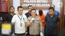 Kapolres Jakarta Selatan Kombes Bastoni Purnomo menunjukkan barang bukti dan tersangka kasus pelecehan seksual di Jakarta, Minggu (26/1/2020). Sopir taksi online itu ditangkap karena melakukan masturbasi di depan tiga wanita di Gatot Soebroto, Jakarta Selatan. (Liputan6.com/Immanuel Antonius)