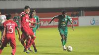 Pemain PSS Sleman, Ricky Kambuaya (kanan), mencoba menusuk pertahanan Semen Padang. Pertandingan berakhir imbang 1-1 di Stadion Maguwoharjo, Sleman, Sabtu (25/5/2019) malam. (Bola.com/Vincentius Atmaja)