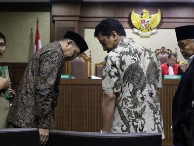 Menteri Agama Lukman Hakim Syaifuddin (kedua kiri) bersama mantan Ketua Umum PPP Romahurmuziy usai mengucapkan sumpah sebagai saksi pada sidang lanjutan suap seleksi pengisian jabatan di Kementerian Agama, Pengadilan Tipikor, Jakarta, Rabu (26/6/2019). (Liputan6.com/Helmi Fithriansyah)