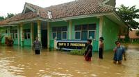 Banjir merendam ribuan rumah di kawasan Timur Cirebon akibat luapan Sungai Cisanggarung (Liputan6.com / Panji Prayitno)