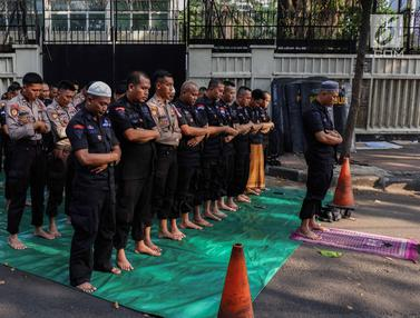 Melihat Pasukan Brimob Laksanakan Salat Berjamaah di Tengah Pengamanan