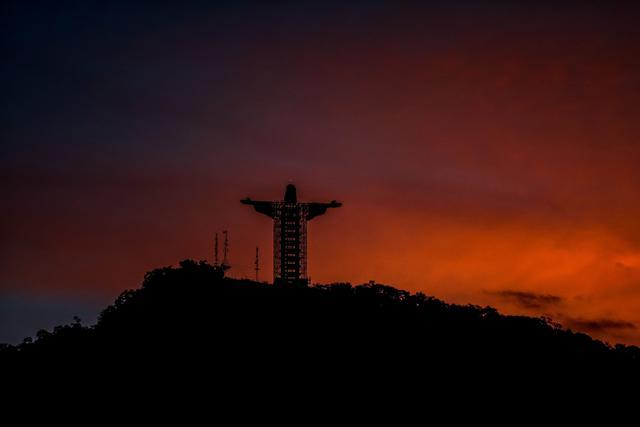 Pemandangan patung raksasa Yesus baru yang sedang dibangun di Encantado, negara bagian Rio Grande do Sul, Brasil, pada 9 April 2021. Patung yang dilabeli dengan nama Kristus sang Pelindung itu akan memiliki tinggi 43 meter, dan menjadi patung Yesus tertinggi ketiga di dunia. (SILVIO AVILA/AFP)