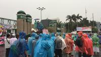 Massa aksi 212 yang tergabung dalam Forum Umat Islam (FUI) mulai mendatangi halaman depan Gedung DPR. (Liputan6.com/Taufiqurrohman)
