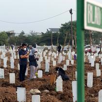 Warga saat melakukan ziarah di pemakaman khusus COVID-19 TPU Rorotan, Cilincing, Jakarta, Sabtu (31/7/2021). Warga yang melakukan ziarah diwajibkan mematuhi protokol kesehatan, menjaga jarak serta dilakukan secara terbatas. (Liputan6.com/Helmi Fithriansyah)