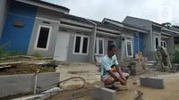 Pemilik rumah membuat rangka penguat dapur rumah di Perumahan Griya Samaji,Cieseng, Bogor, Rabu (19/02/2020). BTN pada 2019 telah merealisasikan 735.000 rumah dalam Program pemerintah satu juta rumah dengan kredit kepemilikan rumah bersubsidi sekitar Rp 111 trilyun. (merdeka.com/Arie Basuki)