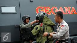 Petugas Gegana Polri bersiap melakukan penyisiran di sekitar pos polisi di perempatan Sarinah Jl MH Thamrin, Jakarta, Kamis (14/1/2016). Pasca ledakan, aparat Gegana langsung melokalisir tempat kejadian perkara (TKP). (Liputan6.com/Helmi Fithriansyah)