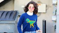 Selena Gomez tampil keren dengan balutan koleksi busana dari rumah mode ternama, Coach.  (Foto: whowhatwear.com)