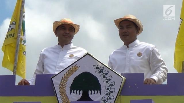 Karnaval kendaraan dua belas partai politik, minggu siang, mewarnai deklarasi kampanye damai pilkada Kabupaten Tangerang, dikawasan Cikupa, Tangerang, Banten.
