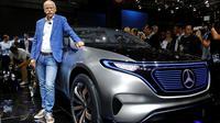 CEO Daimler dan Kepala Mercedes-Benz, Dieter Zetsche, berpose di depan mobil Mercedes EQ Electric saat Mondial de l'Automobile di Paris Auto Show di Paris, Prancis (29/9). (REUTERS/Jacky Naegelen)