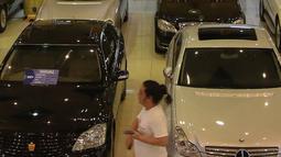 Aktivitas jual beli mobil bekas di bursa mobil bekas Mall Blok M, Jakarta, Jumat (8/10/2021). Sempat sangat redup, kini penurunan level PPKM membuat pasar mobil bekas berangsur pulih. (Liputan6.com/Angga Yuniar)