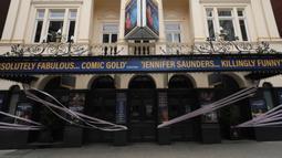 Duke of York's Theater yang disegel dengan pita, London, Inggris, Selasa (7/7/2020). Pemerintah Inggris akan menyalurkan paket bantuan sebesar 1,57 miliar poundsterling kepada industri seni, budaya, dan warisan untuk membantu mengatasi dampak pandemi COVID-19. (Xinhua/Tim Ireland)