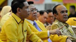 Agung Laksono (tengah) berbincang dengan Siswono Yudo Husodo saat pembukaan Rapimnas I DPP Partai Golkar di kantor DPP Partai Golkar, Jakarta, Rabu (8/4/2015). Rapat membahas konsolidasi partai dari tingkat bawah hingga atas. (Liputan6.com/Johan Tallo)