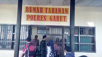 Beberepa pengunjung tengah melakukan besukan di ruang tahanan polres Garut, Jawa Barat (Liputan6.com/Jayadi Supriadian)