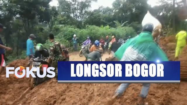 Demi mempermudah penyaluran bantuan, sejumlah relawan menggunakan kuda menembus daerah yang masih terisolasi.