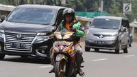 Pengemudi ojek online menggunakan telepon seluler sambil mengendarai sepeda motor di Jalan Gatot Subroto, Jakarta, Kamis (8/3). Menurut pihak kepolisian kecelakaan akibat penggunaan telepon genggam saat mengemudi kerap terjadi.(Liputan6.com/Arya Manggala)