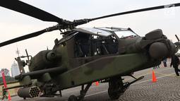 Tampilan samping helikopter Apache yang dipamerkan pada pameran Alat Utama Sistem Persenjataan TNI di Kawasan Monas, Jakarta, Kamis (27/9). Pameran ini bagian perayaan HUT TNI ke-73. (Liputan6.com/Helmi Fithriansyah)