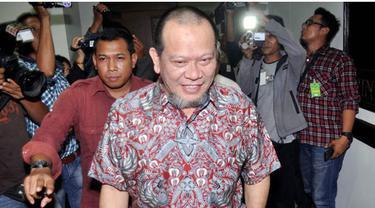 Kejaksaan Tinggi Jawa Timur menetapkan Ketua Kamar Dagang dan Industri (Kadin) Jawa Timur La Nyalla Mattalitti sebagai tersangka kasus dugaan korupsi dana hibah tahun 2012 sebesar Rp 5 miliar. Uang tersebut diduga digunakan untuk membeli saham Bank J...