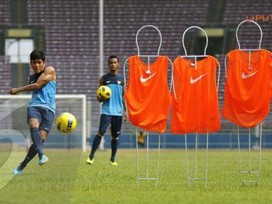 Ahmad Bustomi berlatih akurasi tendangan bebas dalam latihan yang digelar di Stadion GBK Jakarta (Liputan6.com/ Helmi Fithriansyah)