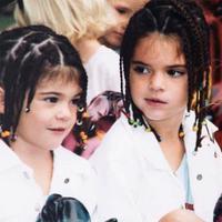 Sebelum sukses seperti saat ini, Kylie Jenner dan Kendall Jenner pun pernah bergaya menggemaskan seperti ini.  (instagram/kyliejenner)
