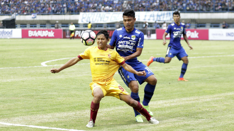 Bek Persib, Dedi Kusnandar, berebut bola dengan gelandang Sriwijaya FC, Adam Alis, pada laga Piala Presiden di Stadion GBLA, Bandung, Selasa (16/1/2018). Persib menang 1-0 atas Sriwijaya FC. (Bola.com/M Iqbal Ichsan)