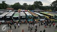 Suasana Terminal Kampung Rambutan yang mulai didatangi pemudik, Jakarta, Jumat (1/7). H-5 jelang puncak arus mudik Lebaran 2016, terminal Kampung Rambutan mulai dipadati pemudik. (Liputan6.com/Yoppy Renato)