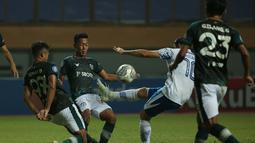 Pemain Persib Bandung, Esteban Vizcarra (tengah) menendang bola dibayangi sejumlah pemain Persikabo 1973 dalam laga pekan ke-5 BRI Liga 1 2021/2022 di Stadion Wibawa Mukti, Cikarang, Senin (27/9/2021). (Bola.com/Ikhwan Yanuar)